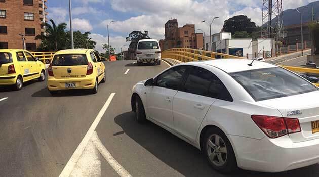 Ruas e carros em Medellín